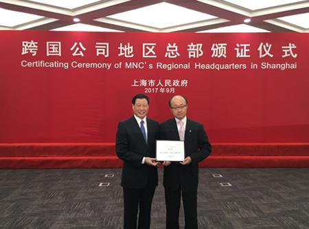 (写真)左から 上海市長 応 勇氏、雅瑪多管理副総経理 田村 晋哉