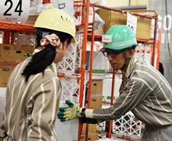 (右)積み付け作業部門:新人作業担当スタッフへ積み付けについてアドバイス