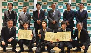 (右)統括グループ長部門の受賞者(前列中央の3名)と長尾社長(後列左から4番目)