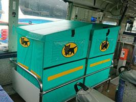 バスの座席を改造した荷台スペース