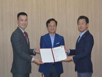 【授与式の様子】左から、BSI Vietnam Le Anh Thu役員、Yamato 365 Express Dinh Vinh Cuong取締役会長、松田 弘 取締役社長